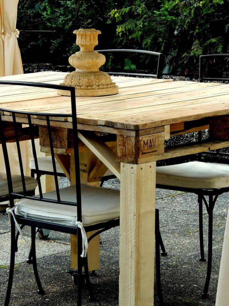 Tavolo Pallet: bancali di legno riciclati in terrazza