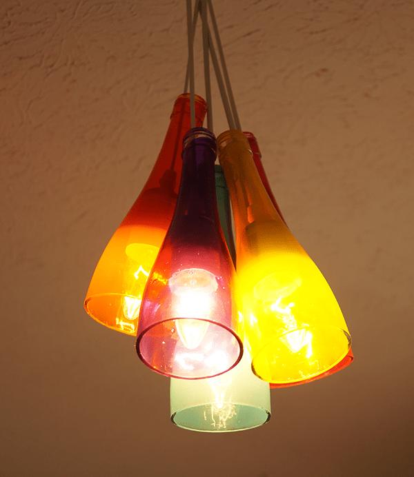 lampadari riciclati : Un lampadario colorato fatto con bottiglie di vetro